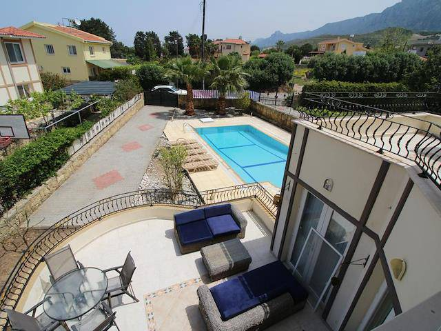 Kıbrıs Girne Alsancak'ta kiralık bahçeli şömineli özel havuzlu villa