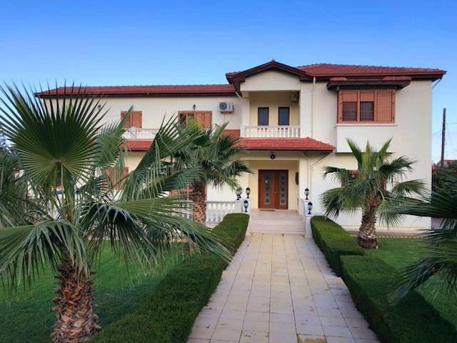 Girne Karaoğlanoğlu'nda 1 Dönüm 3 Evlek Içerisinde Özel Havuzlu Satılık Özel Villa